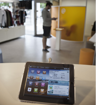 Tablette au comptoir de l'office de tourisme de Biscarrosse