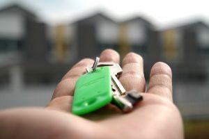 main tendant des clés