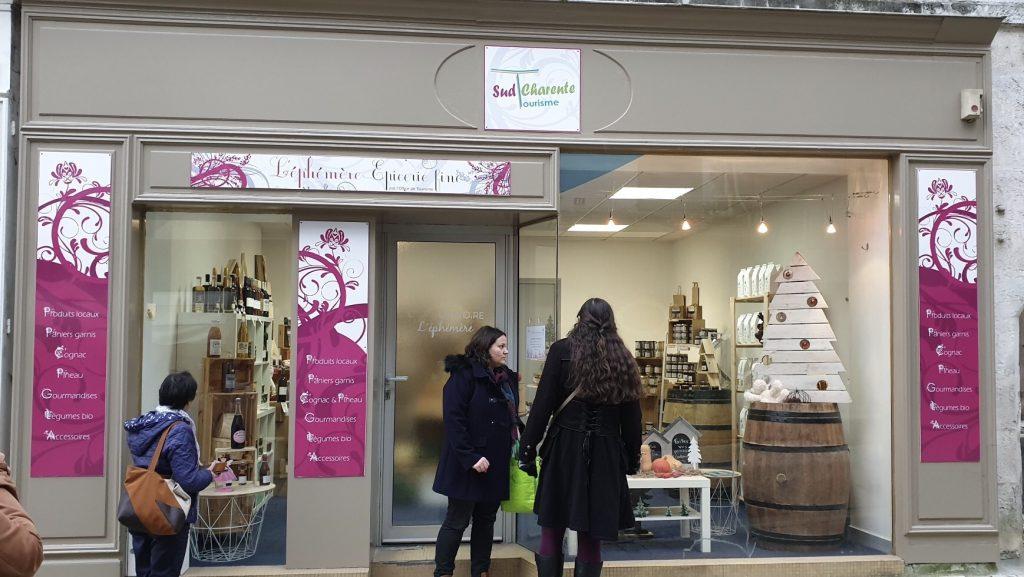 La devanture de L'Éphémère, l'épicerie fin de l'office de tourisme Sud Charente